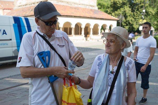 """Seniori sa chránia. Ivan Rajnič (64) a manželka Mária (65) si vždy nosia vodu, chodia v tieni, majú čiapky i slnečné okuliare. """"Nehráme sa na hrdinov."""""""