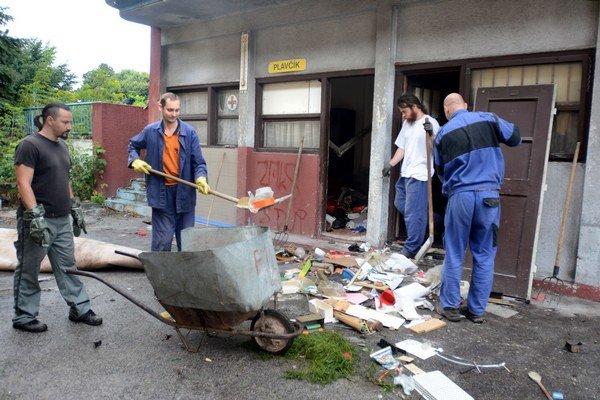 Po vandaloch ostala spúšť. Mesto a ministerstvo museli konať.