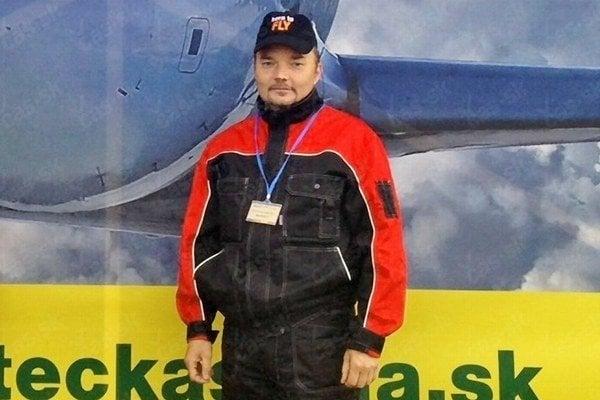 Mechanik Ján Fiala. Pri lietadlách pracuje celý život.