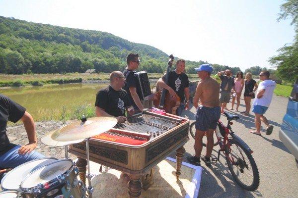 Chlapci, hrajte, to je náš život. Takto potešil kapelu okoloidúci cyklista, ktorý miluje ľudovky.