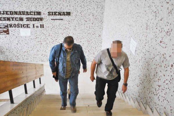 Krátky (vľavo) na súde. Ako chránený svedok mal sprievod.