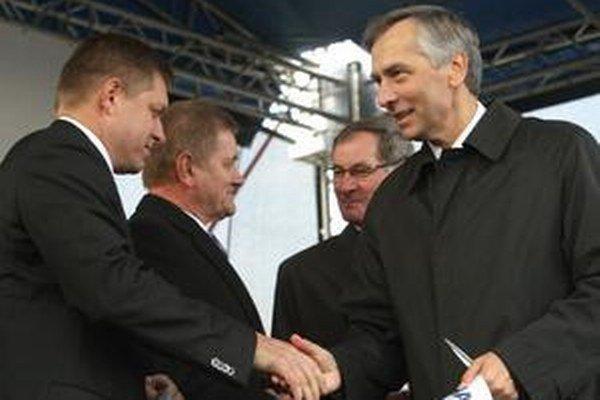 Takto si Robert Fico s Jánom Figeľom podali ruky počas otvárania cesty R1 v roku 2012.