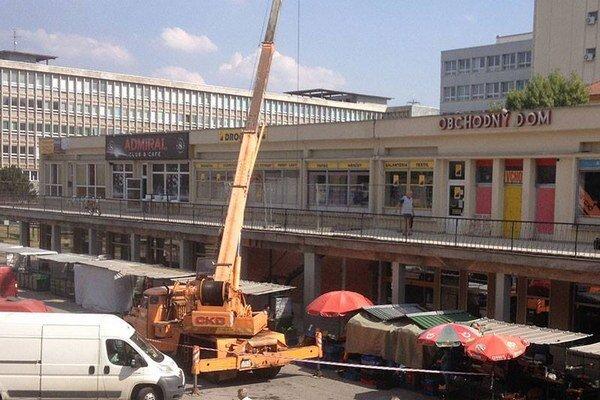 Žeriav nad stánkami. Stavebníci majú povolenie, trhovníci obavy.