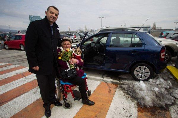 Vozíčkarka Anna Mazáčová dostala od spoločnosti Allianz do daru automobil, ktorý jej odovzdal člen predstavenstva Todor Todorov.(2013)