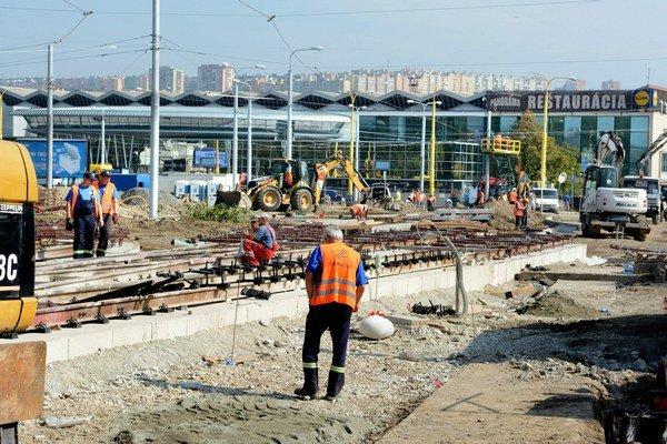 Takto to vyzeralo včera pri stanici. Mesto tvrdí, že stavebné práce sa skončia do 28. septembra.