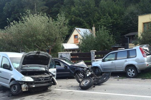 Nehoda poškodila tri autá.