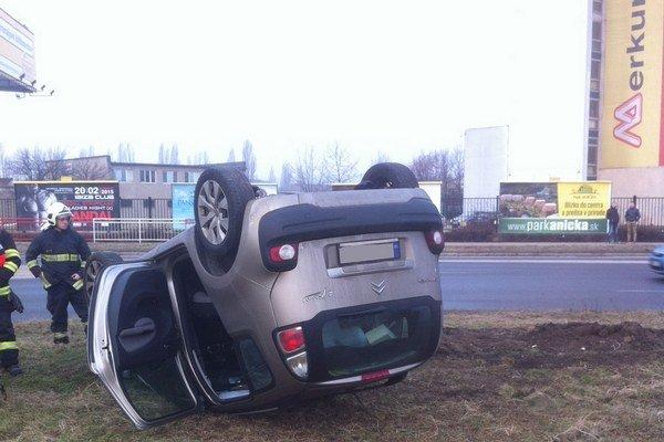 Na streche. Nehoda sa obišla bez vážnych zranení.