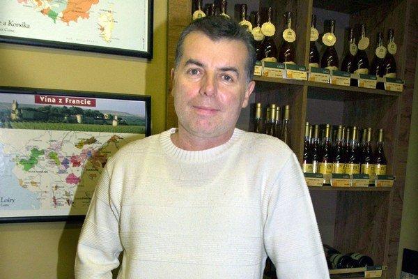 Apa vie oceniť aj dobré víno. S dcérou si každý rok založia zbierku korkových zátok.
