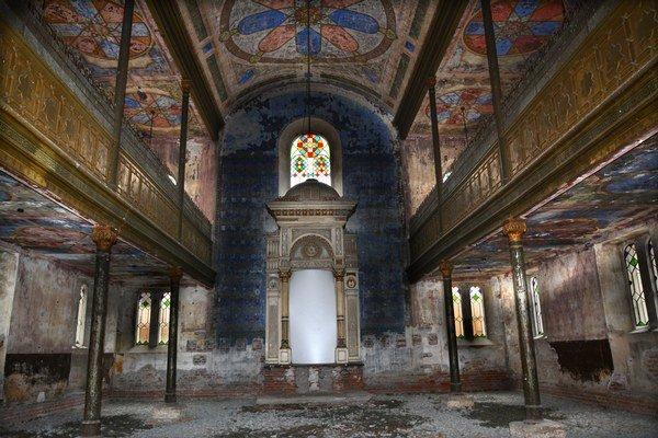 Unikátny, ale schátraný interiér. Stojí na mieste bývalej sýpky a pôdoryse bývalých hradieb. Pôvodný sakrálny účel prestala plniť v 50. rokoch minulého storočia. Namiesto duchovného priestoru slúžila ako knižničný sklad.