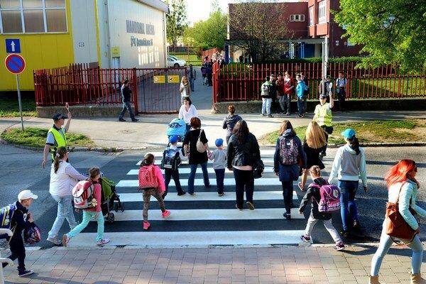 Mestskí v akcii. Pomáhali deťom i rodičom dostať sa bezpečne do školy.