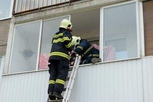 Zásah. Hasiči sa do bytu dostali cez balkón.