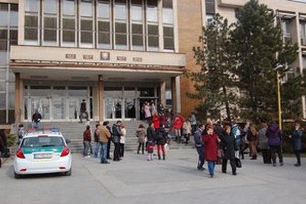 Evakuácia budovy. Muselo ju opustiť asi 380 ľudí.