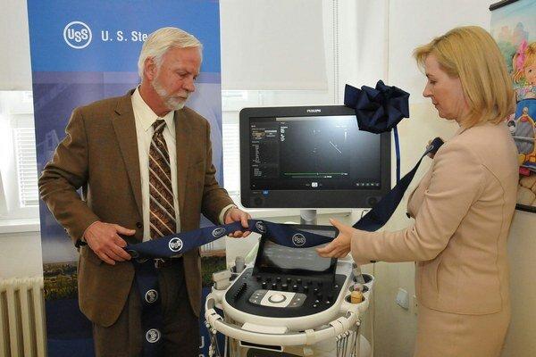 Nový ultrazvuk. Prezident U.S.Steelu George Babcoke a riaditeľka nemocnice Ingrid Urbančíková.