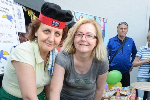 Knihovníčky sú zdatné aj pri kotlíku. Kamila Prextová (vpravo) s kolegyňami navarila špeciálny gulášik.