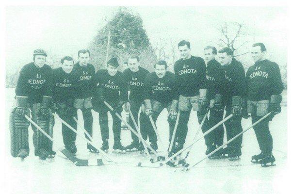 Hokejisti Jednoty Košice v roku 1947. Celkom vľavo brankár Ladislav Horák, štvrtý sprava Ladislav Oľhava.