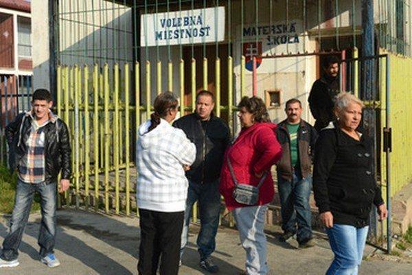 Rómovia pred volebnou miestnosťou na sídlisku Luník IX.