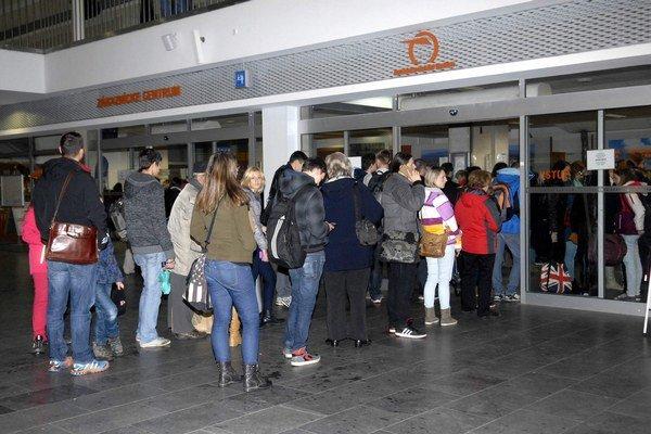 Cestujúci na stanici. Ak chcú cestovať zadarmo, musia byť trpezliví.