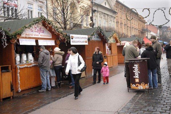 Vianočné trhy. Najväčší záujem je o občerstvenie.
