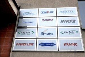 Dvanásť spoločností a len jedna sekretárka. Podľa obchodného registra si tieto firmy nie sú cudzie.