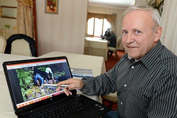 Na snímke generálny riaditeľ spoločnosti Ludovika Energy Boris Bartalský ukazuje na notebooku práce na prieskumnom území počas tlačovej konferencie spoločnosti o stave.