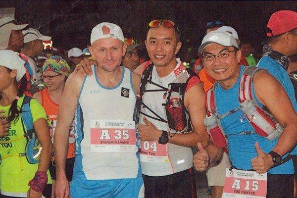Predštartová idylka. Slavomír Lindvai (vľavo) so svojimi malajzijskými súpermi.