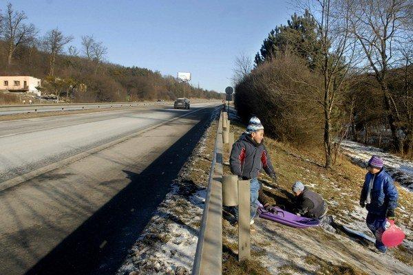 Sánkovačka vedľa diaľnice. Zabráni nebezpečenstvu plot, ktorý tu postavia?
