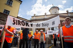 Protest živnostníkov počas rokovania parlamente o kauze Váhostav.