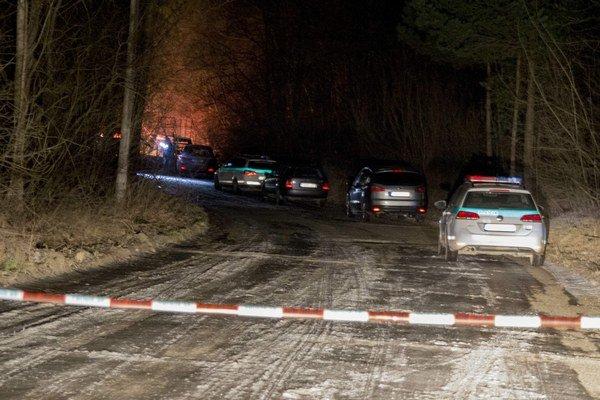 """Miesto nálezu. Polícia ho """"opáskovala"""" vo vzdialenosti niekoľkých desiatok metrov."""