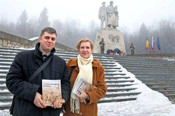 Kniha spomienok. Jej autor Peter Novýkmec a šéfka odboru kultúry KSK Jana Kovácsová.