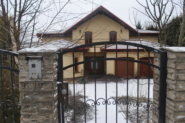 Vila v Bretejovciach. Podľa katastra ju darovaním získala manželka.