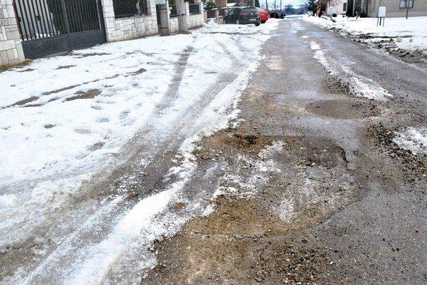 Bazalková ulica nutne potrebuje opravu.