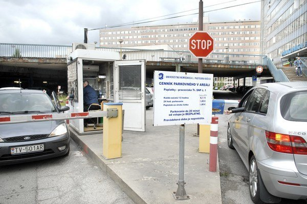 Parkovanie v nemocnici je drahšie. Hodina vyjde na 1,60 eura.