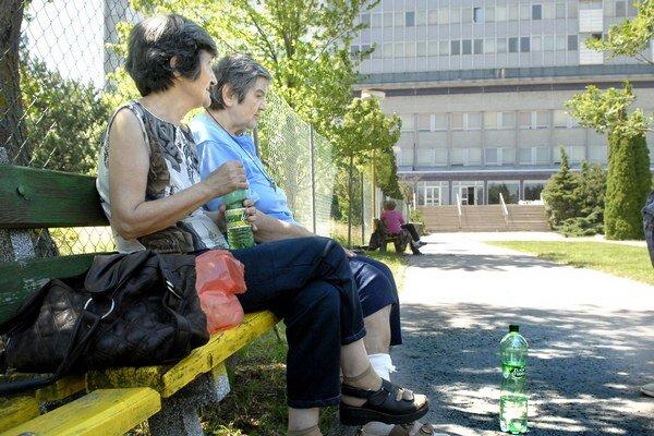 V nemocničnom parku. Mária zaviedla počas návštevy sestru na lavičku do chládku.