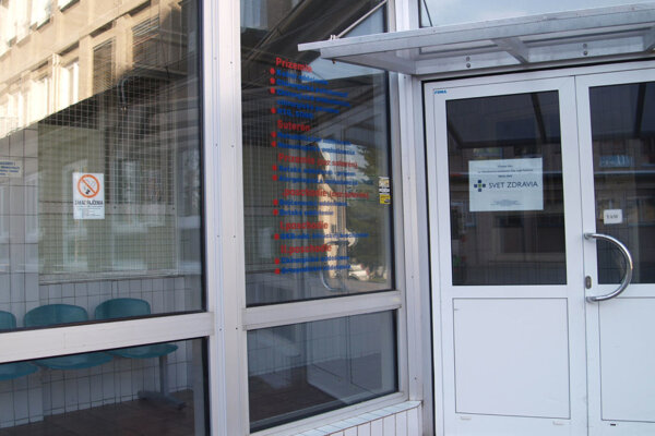 Pred budovu alebo do vestibulu. Tam sa nezriedka uchyľujú pacienti s ich príbuznými počas návštev.