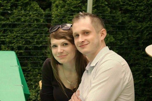 Peter Kolár. Od šestnástich býva sám, posledný rok aj s priateľkou Ivkou.