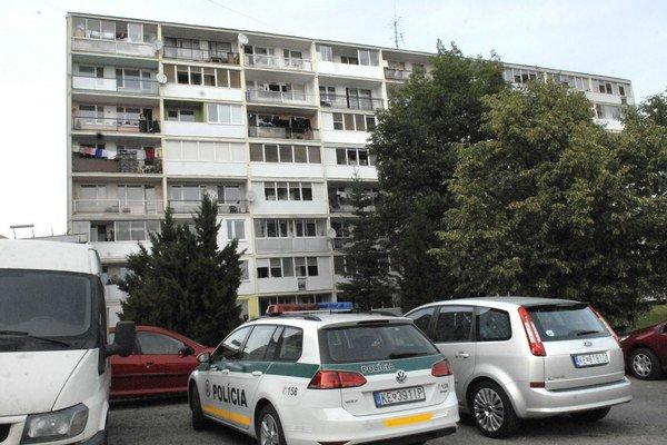 Kysucká ulica. V sobotu tu v jednom z bytov mali kriminalisti veľa práce.