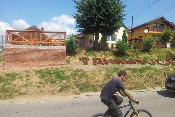 Vyhliadkové miesto a nápis. Čoskoro ho dokončia, ľudia si tam prečítajú históriu Ťahanoviec.