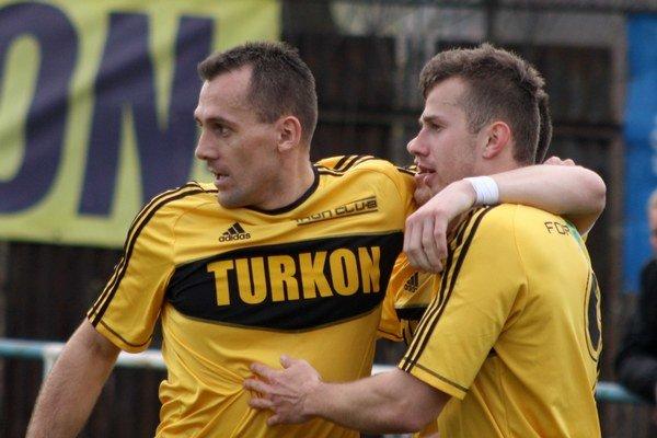 Kapitán Pavol Turzcyk (vľavo) v objatí s najlepším strelcom mužstva Radovanom Bandžuchom.