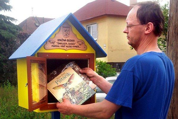 Marek Lengyel búdku sám nainštaloval, ľudia ju prijali a knihy si požičiavajú.