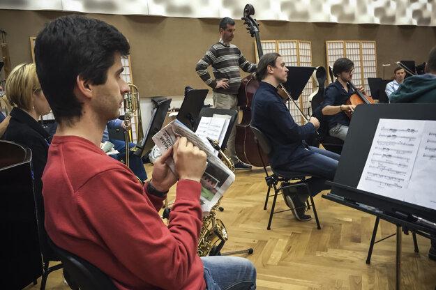 Hudobníci Quasars Ensemble sa snažia napodobniť zvuk vetra.