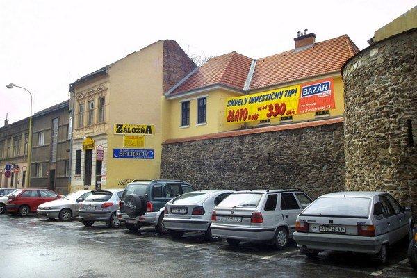 SaS Slovensko. Pred rokmi mal sídlo na Zvonárskej. Dodnes zamestnáva súdy.