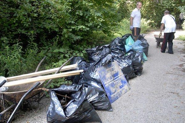 Hromady odpadu. Nečistoty naplnili viac ako jeden kontajner.