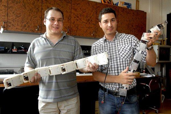 Erik Prada (vľavo) a Ivan Virgala. Vylepšujú robotické hady.
