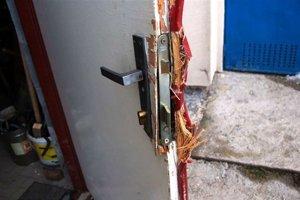 Takto si otvárajú zlodeji. Vylomia zámku alebo rozbijú okno.