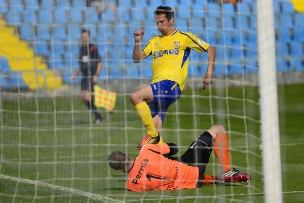 Okamih z Černeľa. Na snímke Miroslav Viazanko (MFK) a brankár Dušan Perniš (Slovan).