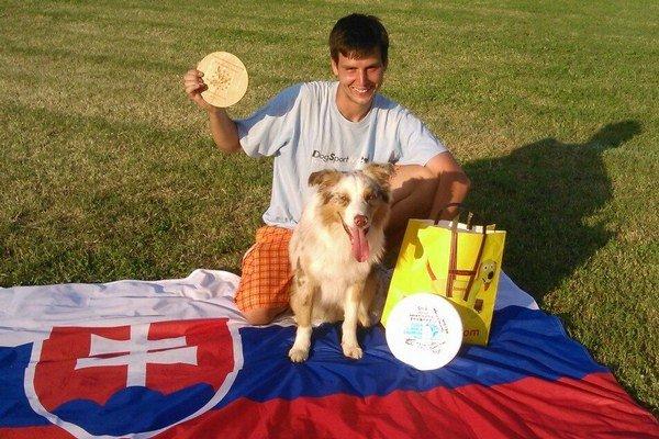 Čo súťaž to úspech. Pred týždňom sa stal Darty vicemajstrom Európy v dogfrisbee.