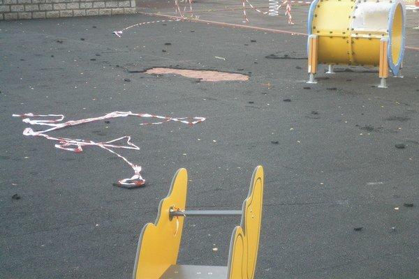 Takto vyzeralo ihrisko Lienka po vyčíňaní vandalov.