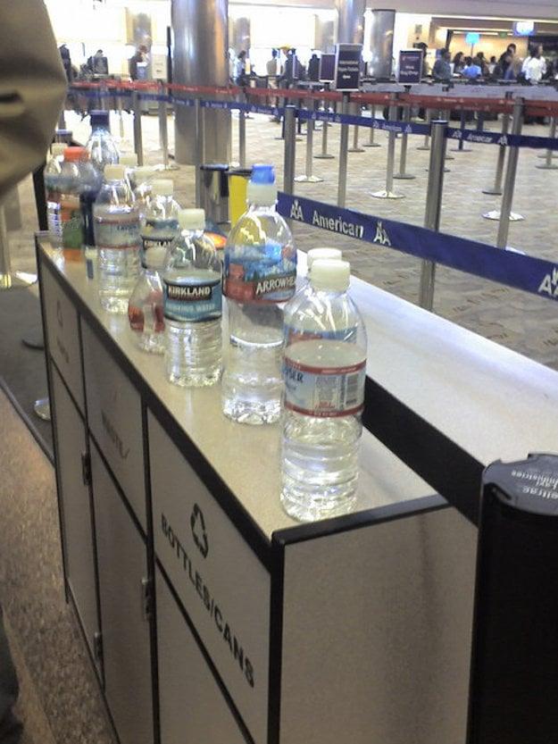 Cez kontrolu vás s fľašou s vodou nepustia. Buď ju vypijete alebo zahodíte ešte pred kontrolou.