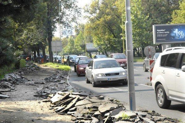 Hlinkova ulica na Severe. Aj tam sa už zahryzli do starého asfaltu, bude nový.
