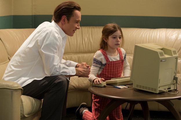 Michael Fassbender ako Steve Jobs a jeho dcéra Lisa, ktorú vo filme hrali tri herečky, podľa toho, koľko mala rokov. Na fotografii herečka Makenzie Moss, ktorá ju stvárnila ako 8-ročnú.